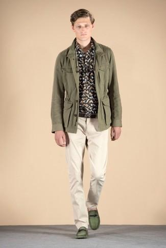 Cómo combinar: chaqueta campo verde oliva, camisa de manga larga de camuflaje en gris oscuro, pantalón chino en beige, mocasín de cuero verde