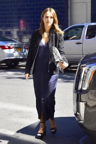 Look de Jessica Alba: Chaqueta con Adornos Negra, Vestido Largo con Recorte Azul Marino, Sandalias de Tacón de Ante Negras