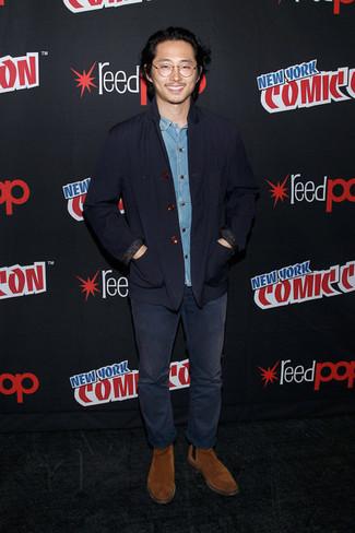 Cómo combinar: chaqueta con cuello y botones azul marino, camisa vaquera celeste, vaqueros azul marino, botines chelsea de ante en tabaco