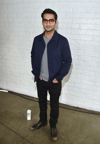Cómo combinar: chaqueta con cuello y botones azul marino, camiseta con cuello circular de rayas horizontales en blanco y negro, vaqueros negros, zapatos derby de cuero en marrón oscuro