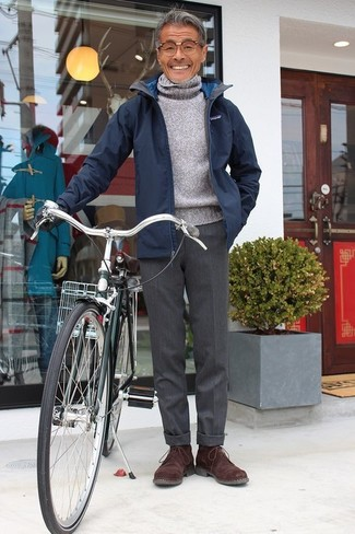 Cómo combinar: chaqueta con cuello y botones azul marino, jersey de cuello alto de lana gris, pantalón de vestir de lana en gris oscuro, botas safari de ante en marrón oscuro