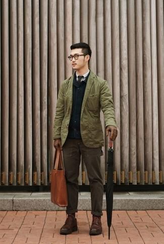 Empareja un blazer de algodón verde oliva junto a un pantalón chino marrón oscuro para lograr un look de vestir pero no muy formal. Botas casual de cuero marrón oscuro son una opción buena para completar este atuendo.