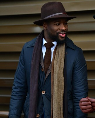 Cómo combinar: chaqueta con cuello y botones azul marino, camisa de vestir blanca, sombrero de lana en marrón oscuro, corbata de punto en marrón oscuro