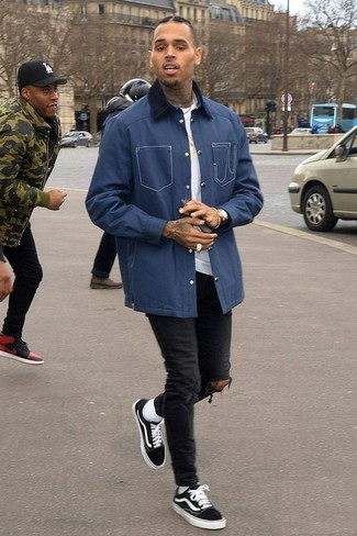 Cómo combinar: chaqueta con cuello y botones azul marino, camiseta con cuello circular blanca, vaqueros pitillo desgastados negros, tenis negros
