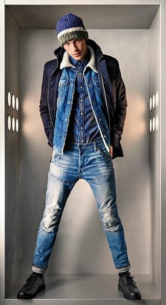 Cómo combinar: chaqueta con cuello y botones azul marino, chaqueta vaquera azul, camisa de manga larga de tartán azul marino, vaqueros azules