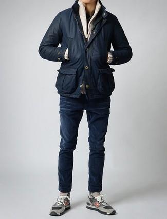 Cómo combinar: chaqueta con cuello y botones negra, jersey con cremallera en beige, camiseta henley negra, vaqueros pitillo azul marino
