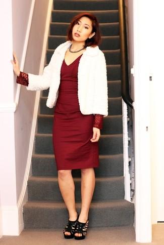 Perfecciona el look casual elegante en una chaqueta de piel blanca de mujeres de Tory Burch y un vestido tubo burdeos. Un par de sandalias de tacón de ante negras se integra perfectamente con diversos looks.