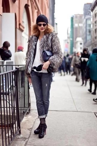 Cómo combinar: chaqueta de piel gris, blazer negro, camiseta con cuello en v blanca, vaqueros en gris oscuro