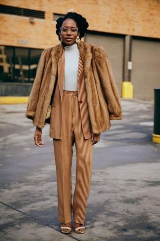 Ponte una chaqueta de piel beige y unos pantalones anchos de rayas verticales marrón claro para un perfil clásico y refinado. Sandalias de tacón de cuero beige son una sencilla forma de complementar tu atuendo.