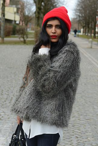 Elige una chaqueta de piel gris y un gorro rojo para que te veas verdaderamente magnífica.