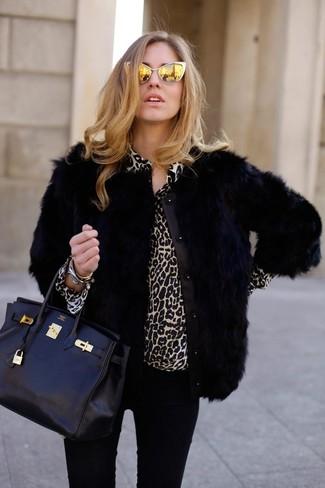 Sin ninguna duda, te verás escandalosamente hermosa en una chaqueta de piel negra y unas gafas de sol naranjas.
