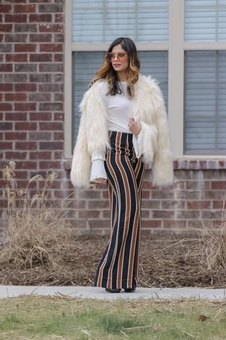 Elige una chaqueta de piel blanca y una falda larga de rayas verticales en multicolor para conseguir una apariencia relajada pero chic. Agrega zapatos de tacón de cuero negros a tu apariencia para un mejor estilo al instante.