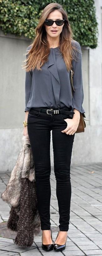 Intenta combinar una chaqueta de piel gris junto a unos vaqueros pitillo negros para crear una apariencia elegante y glamurosa. Un par de zapatos de tacón de cuero negros se integra perfectamente con diversos looks.