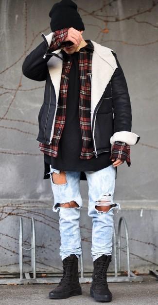 Cómo combinar: chaqueta de piel de oveja en negro y blanco, camisa de manga larga de franela a cuadros en rojo y negro, camiseta con cuello circular negra, vaqueros desgastados celestes