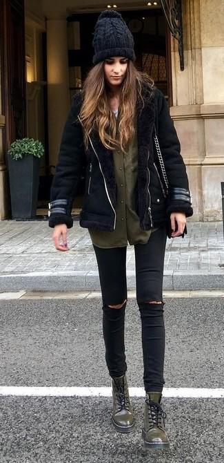 Opta por una chaqueta de piel de oveja negra y unos vaqueros pitillo desgastados negros para una apariencia fácil de vestir para todos los días. Para el calzado ve por el camino informal con botas planas con cordones de cuero verde oliva.