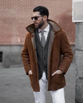 Cómo combinar: chaqueta de piel de oveja en tabaco, cárdigan con cuello chal en gris oscuro, camisa de vestir de rayas verticales gris, pantalón chino blanco