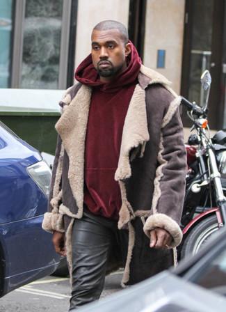 Cómo combinar: chaqueta de piel de oveja en marrón oscuro, sudadera con capucha de terciopelo burdeos, vaqueros de cuero negros