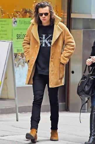 Look de Harry Styles: Chaqueta de Piel de Oveja Marrón Claro, Jersey con Cuello Circular Estampado Negro, Pantalón de Vestir de Lana Negro, Botines Chelsea de Ante Marrón Claro