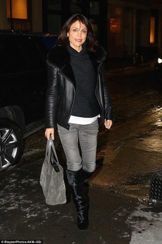 Look de moda: Chaqueta de Piel de Oveja Negra, Jersey con Cuello Vuelto Holgado Negro, Camiseta con Cuello Circular Blanca, Vaqueros Grises