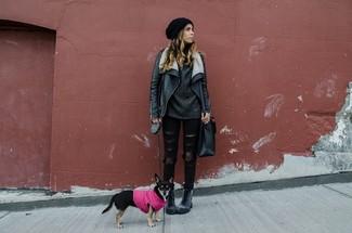 Intenta ponerse un jersey oversized de punto gris oscuro y unos vaqueros pitillo desgastados negros para crear una apariencia elegante y glamurosa. Botas planas con cordones de cuero en gris oscuro añaden un toque de personalidad al look.