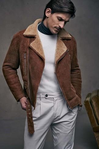 Cómo combinar: chaqueta de piel de oveja marrón, jersey con cuello circular blanco, jersey de cuello alto en gris oscuro, pantalón chino gris