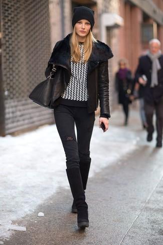 Equípate una chaqueta de piel de oveja negra con unos vaqueros pitillo desgastados negros y te verás como todo un bombón. Este atuendo se complementa perfectamente con botas de caña alta de ante negras.