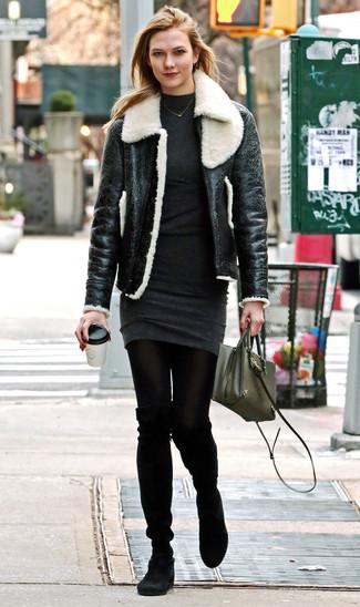 Cómo combinar: chaqueta de piel de oveja en negro y blanco, vestido jersey en gris oscuro, botas sobre la rodilla de ante negras, bolso bandolera de cuero verde oliva