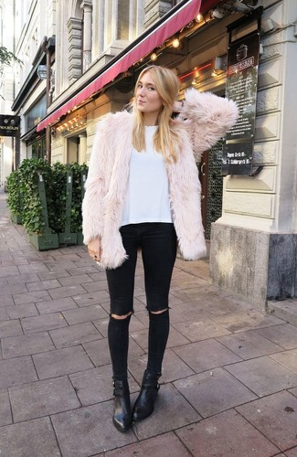 Empareja una chaqueta de piel beige junto a unos vaqueros pitillo desgastados negros para conseguir una apariencia glamurosa y elegante. Complementa tu atuendo con botines de cuero negros.