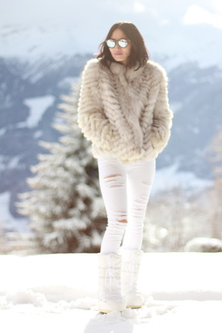 Opta por una chaqueta de piel beige y unos vaqueros pitillo desgastados blancos para lidiar sin esfuerzo con lo que sea que te traiga el día. Haz este look más informal con botas para la nieve.