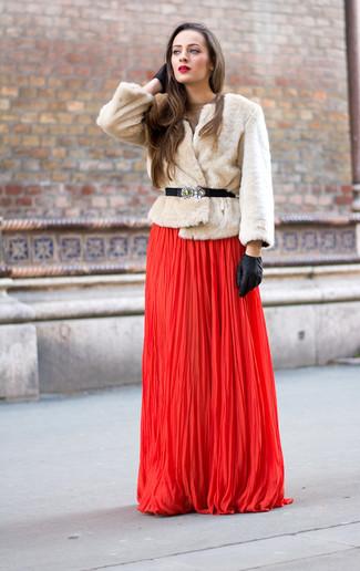Opta por una chaqueta de piel beige y un vestido de noche plisado rojo para una apariencia clásica y elegante.