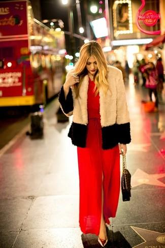 Para crear una apariencia para un almuerzo con amigos en el fin de semana ponte una chaqueta de piel beige y un vestido largo con recorte rojo. Zapatos de tacón de cuero dorados son una sencilla forma de complementar tu atuendo.