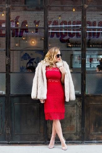 Casa una chaqueta de piel beige junto a un vestido tubo de encaje rojo para lucir elegante y distinguida. Sandalias de tacón de cuero plateadas son una sencilla forma de complementar tu atuendo.