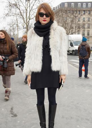 Una chaqueta de piel blanca y una minifalda de lana negra son prendas que debes tener en tu armario. Botas de caña alta de cuero negras son una sencilla forma de complementar tu atuendo.