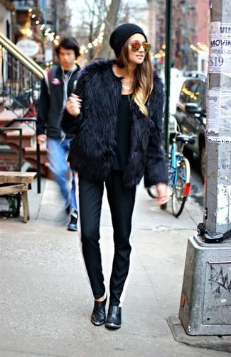 Usa una chaqueta de piel negra y un pantalón de chándal de rayas verticales negro y blanco para cualquier sorpresa que haya en el día. Botines de cuero negros son una forma sencilla de mejorar tu look.