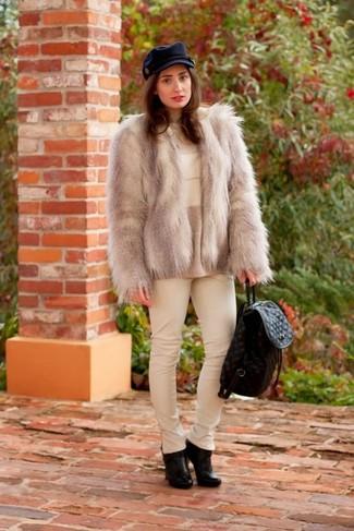 Usa una chaqueta de piel gris y unos pantalones pitillo de cuero blancos para sentirte con confianza y a la moda. Botines de cuero negros son una sencilla forma de complementar tu atuendo.