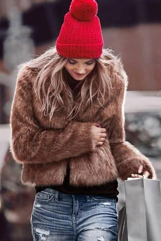 Empareja una chaqueta de piel marrón junto a un gorro rojo para rebosar clase y sofisticación.