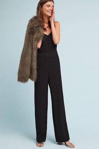 Cómo combinar: chaqueta de piel marrón, mono con ojete negro, sandalias de tacón de cuero plateadas