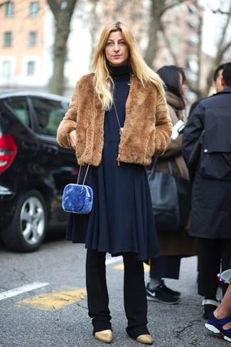Cómo combinar: chaqueta de piel marrón, vestido midi plisado azul marino, pantalón de vestir negro, botines de cuero dorados