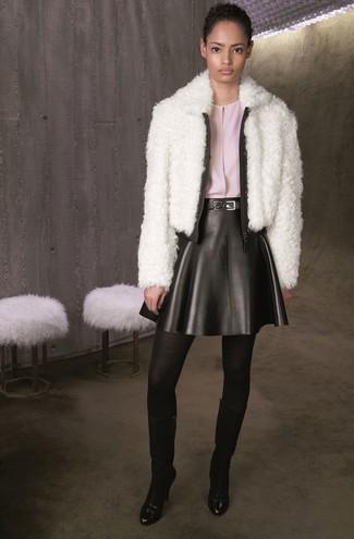 Considera emparejar una chaqueta de piel blanca de mujeres de Tory Burch junto a un vestido skater de cuero negro para un almuerzo en domingo con amigos. Botas de caña alta de cuero negras son una sencilla forma de complementar tu atuendo.