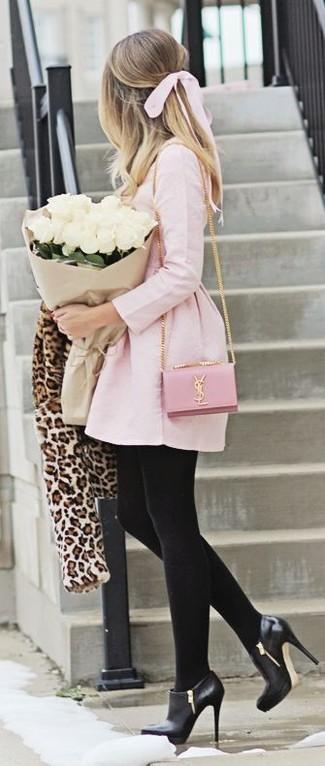 Cómo combinar: chaqueta de piel de leopardo en beige, vestido skater rosado, botines de cuero negros, bolso bandolera de cuero rosado