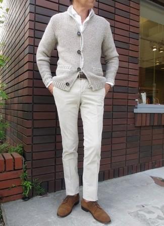Cómo combinar: chaqueta de punto con botones tipo trenca gris, camisa de vestir blanca, pantalón de vestir en beige, zapatos derby de ante en tabaco