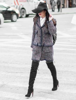 Algo tan simple como emparejar una chaqueta de tweed azul marino con una mochila de cuero negra de mujeres de RED Valentino puede distinguirte de la multitud. Complementa tu atuendo con botas sobre la rodilla de ante negras.