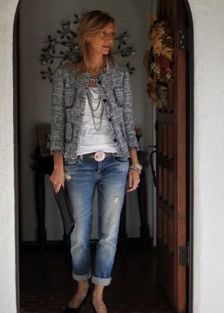 Considera emparejar una chaqueta de tweed gris con un collar plateado para lucir elegante y distinguida. Este atuendo se complementa perfectamente con zapatos de tacón de ante negros.
