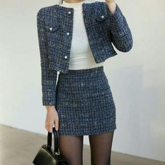 Cómo combinar: chaqueta de tweed azul marino, jersey de cuello alto blanco, minifalda de tweed azul marino, bolso de hombre de cuero negro