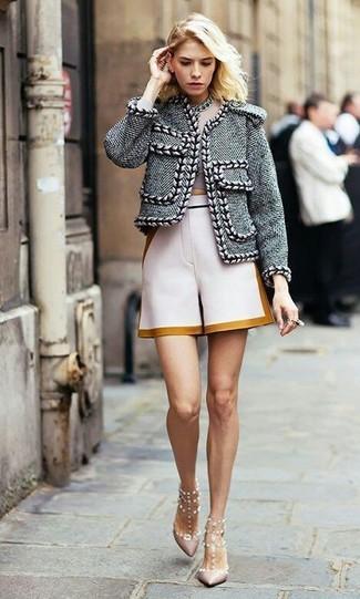 Una chaqueta de tweed gris y un collar plateado son una combinación que cada chica con estilo debe tener en su armario. Complementa tu atuendo con zapatos de tacón de cuero con tachuelas rosados.