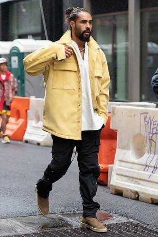 Cómo combinar: chaqueta estilo camisa amarilla, jersey con cuello henley blanco, pantalón cargo negro, botines chelsea de ante marrónes
