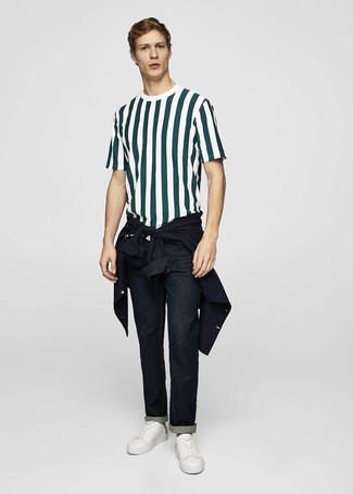 Cómo combinar: chaqueta estilo camisa azul marino, camiseta con cuello circular de rayas verticales verde oscuro, vaqueros azul marino, tenis de cuero blancos