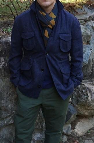 Cómo combinar: chaqueta estilo camisa de lana azul marino, jersey con cuello circular azul marino, pantalón chino verde oscuro, bufanda estampada azul marino