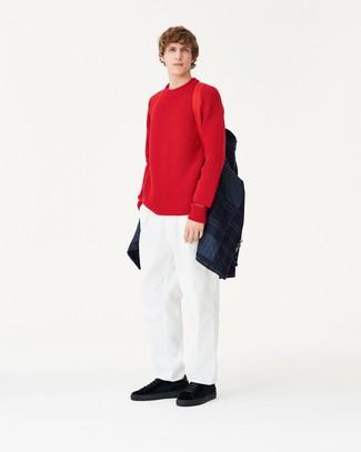 Cómo combinar: chaqueta estilo camisa acolchada azul marino, jersey con cuello circular rojo, pantalón chino blanco, tenis de ante negros