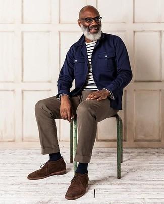 Cómo combinar: chaqueta estilo camisa azul marino, camiseta de manga larga de rayas horizontales en blanco y negro, pantalón chino marrón, botas safari de ante en marrón oscuro